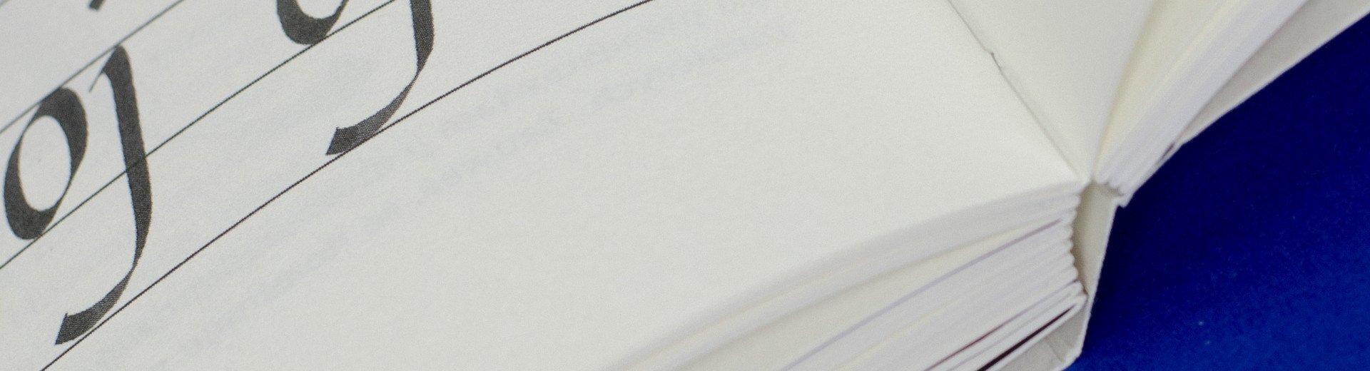 Okładka artykułu Piękna Litera. Uncjała, italika — Recenzja podręcznika kaligrafii autorstwa Barbary Bodziony i Ewy Landowskiej