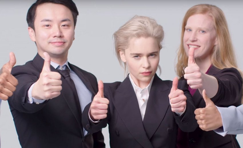 """Okładka artykułu Emilia Clarke na stocku — Daenerys z """"Gry o Tron"""" w klasycznych biznesowych ujęciach z banków zdjęć"""
