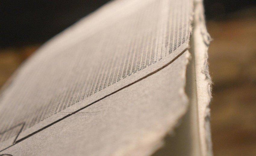 Okładka artykułu Papier nie lubi pośpiechu — Wizyta w pracowni czerpania papieru