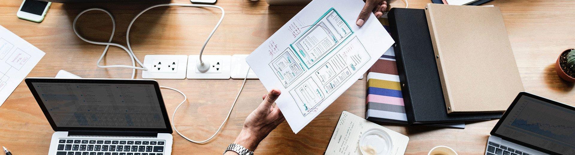 Okładka artykułu Skalowanie interfejsów z wykorzystaniem design systemów — Jak z tego rozwiązania korzystają największe firmy?