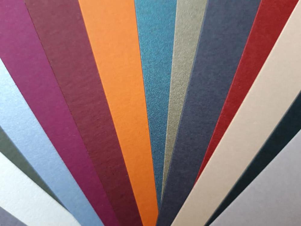Różne kolory i faktury papierów ozdobnych