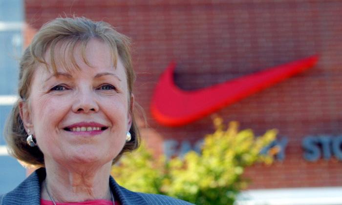 Carolyn Davis - projektantka zatrudniona w Blue Ribbon Sports do tworzenia reklam, zaprojektowała logo Nike