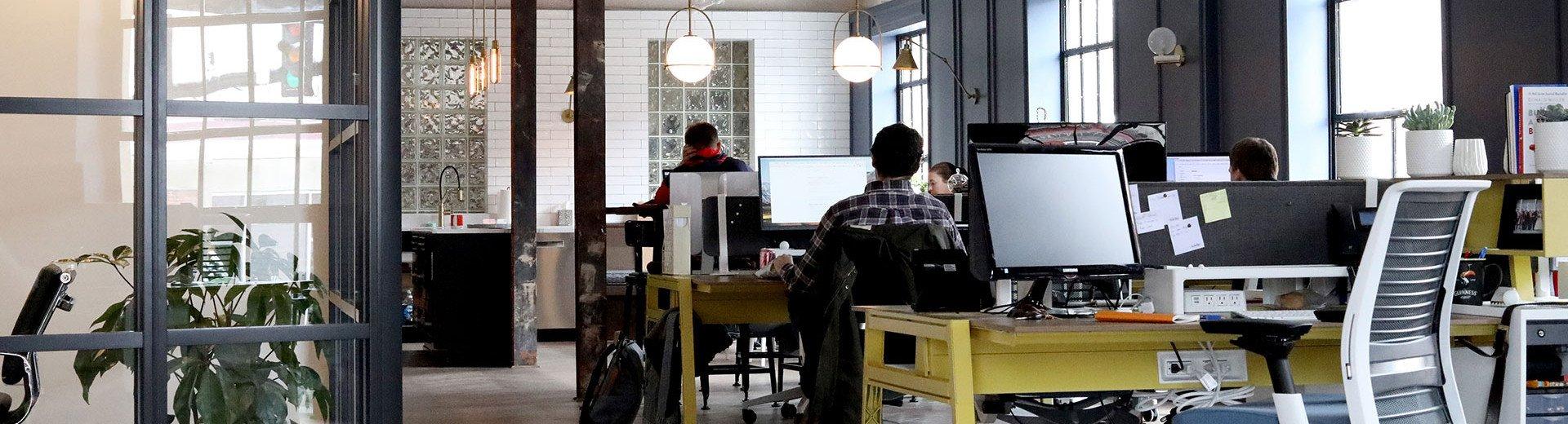 Okładka artykułu Praca w domu czy w biurze? — Moje wnioski po prawie 2 latach po przeprowadzce