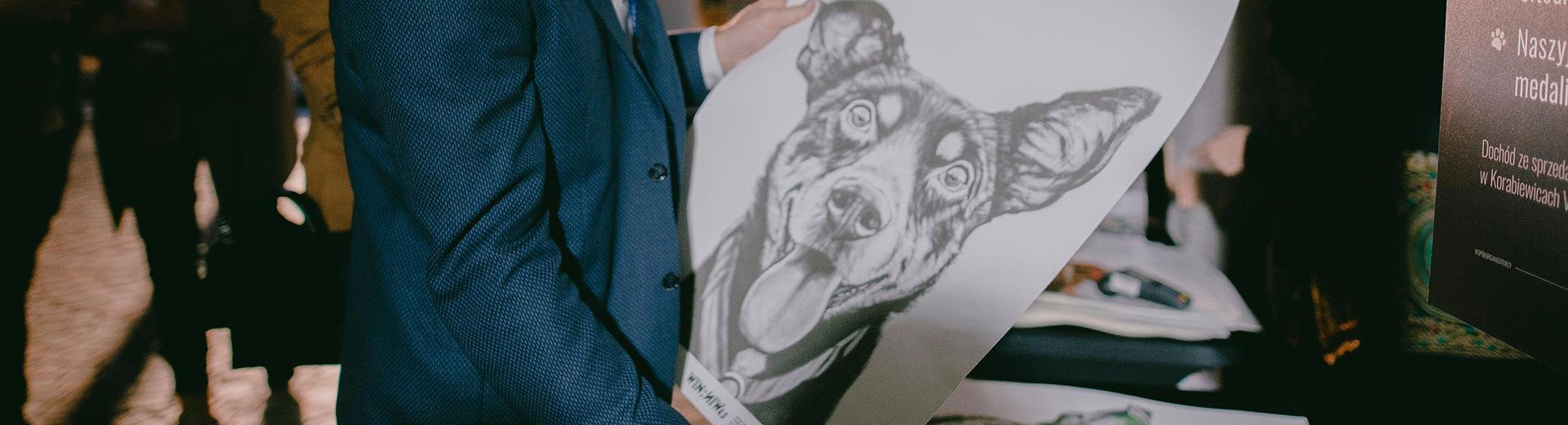 Okładka artykułu Portrety, które mogą zmienić los psów ze schroniska — Zapraszamy na charytatywny wernisaż Michała Torzeckiego – Win:Win
