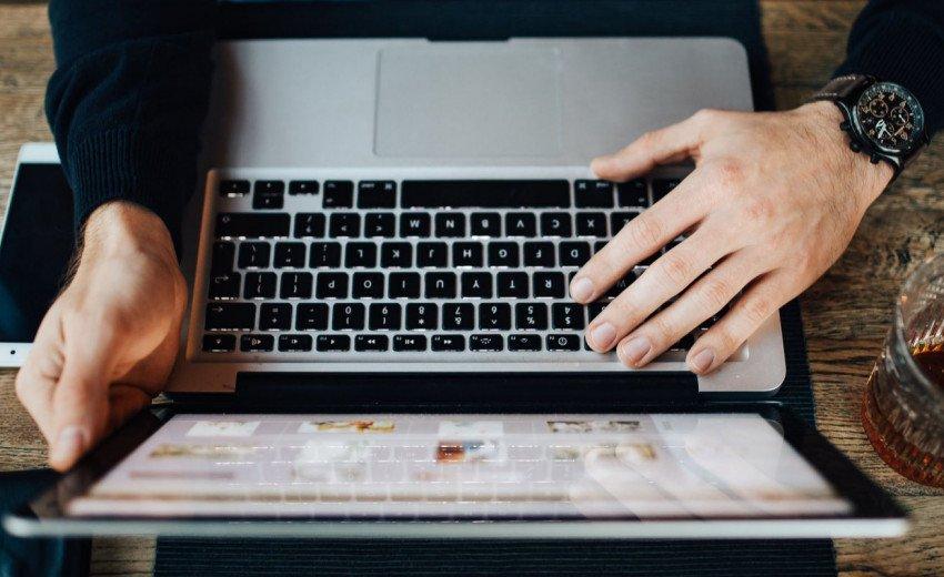Okładka artykułu Copywriting na stronie internetowej — Na ile to tekst wyznacza design i odwrotnie?