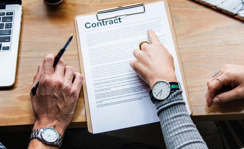 Okładka artykułu Prawo autorskie w pracy kreatywnej — Co powinno znaleźć się w umowie grafika?