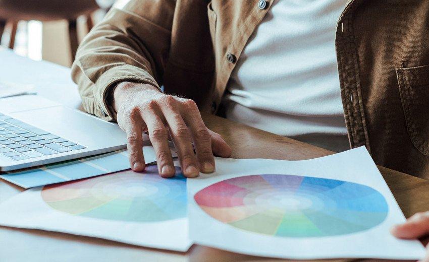 Okładka artykułu Trendy w projektowaniu stron - trzeci kwartał 2020 — Przyklejone logo, skeuomorfizm i duże teksty