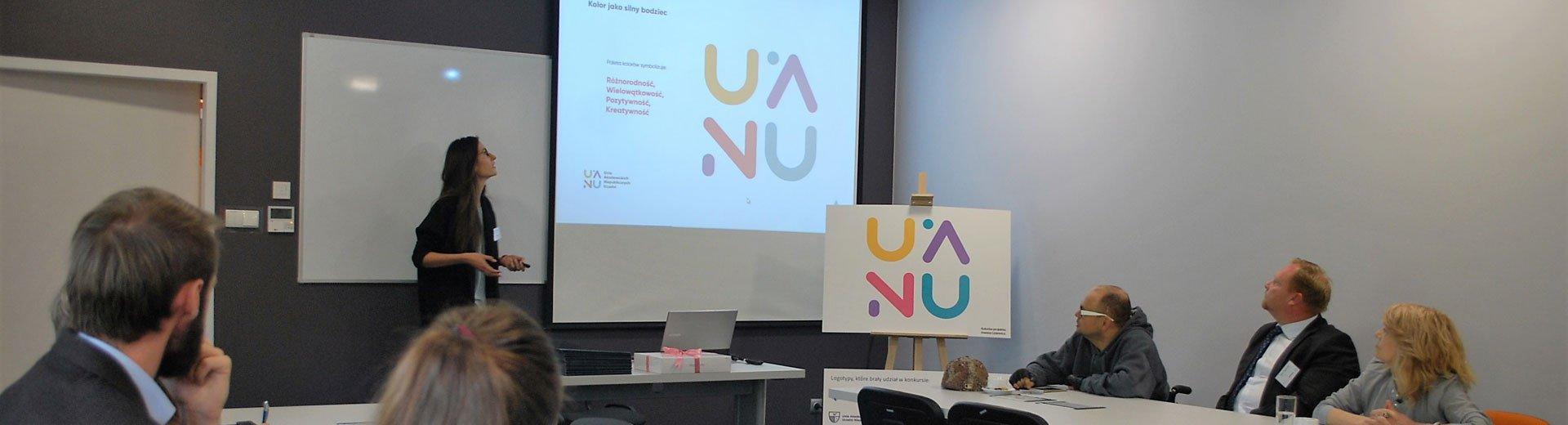 Okładka artykułu Logo Unii Akademickich Niepublicznych Uczelni Wrocławia — Znamy laureatkę konkursu