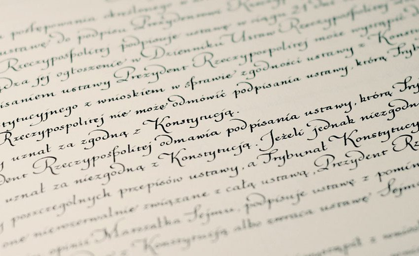 Okładka artykułu Piękno kaligrafii w polskiej Konstytucji — Wywiad z Ewą Landowską
