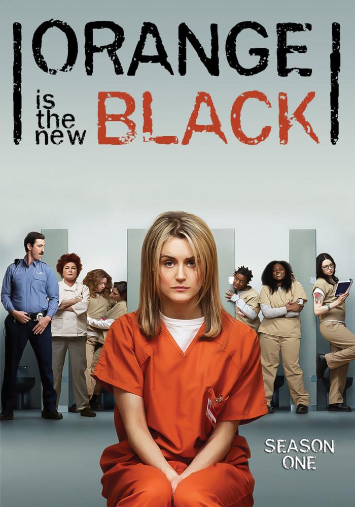 Tytuł serialu oraz grafiki z nim związane, świetnie odnoszą się do koloru strojów więźniów, dzięki czemu nakreślają fabułę praktycznie bez słów