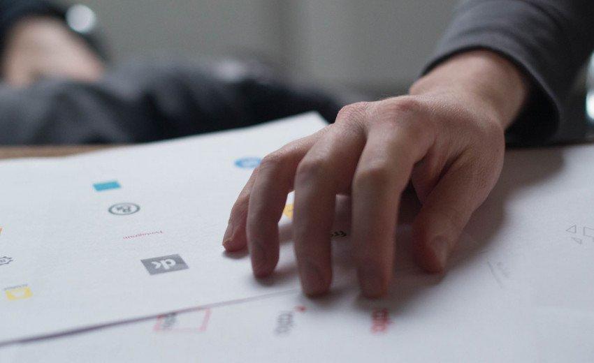 Okładka artykułu W rozkroku między modą a ponadczasowością — Trendy i projektowanie logo